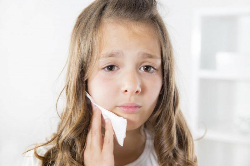 Почему у ребенка появляется белый налет на языке
